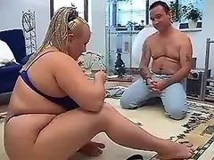 Chubby beauty spoils man on floor
